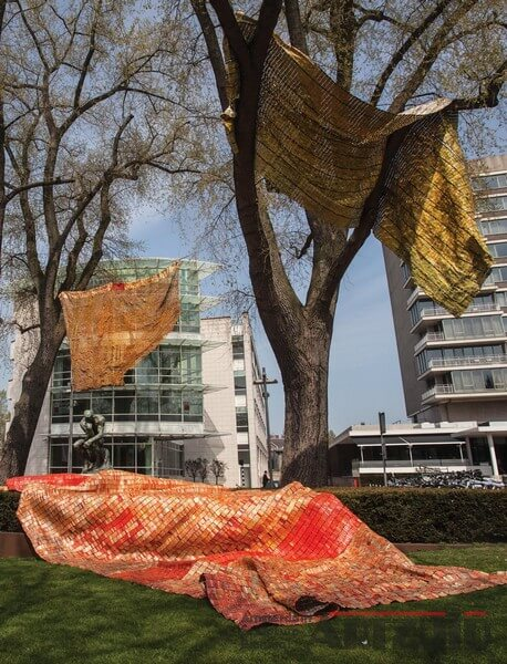 El Anatsui - Drying towels and pants-ARTZUID-2013-archief